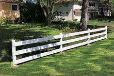 A low post and board fence is decorative and functional - DIY Garten Ideen Backyard Privacy, Backyard Fences, Backyard Landscaping, Decking Fence, Brick Fence, Landscaping Design, Backyard Ideas, Post And Rail Fence, Unique Garden