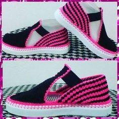 Zapatos Tejidos A Mano✋. Crochet Sandals, Crochet Boots, Crochet Slippers, Crochet Clothes, Free Crochet, Crochet Baby, Knit Crochet, Crochet Slipper Pattern, Crochet Patterns