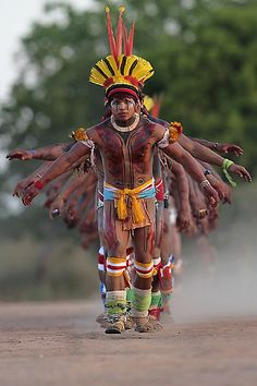Pictures of the Yawalapiti tribe from the Xingu National Park in Brazil's Mato Grosso State, taking part in their 'quarup' ritual. The ritual is held over several days to honour in dea We Are The World, People Around The World, Around The Worlds, Religions Du Monde, Brazil Culture, Let ́s Dance, Xingu, Arte Tribal, Tribal People