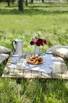 Lunch picnic in the park | 10 Dreamy Picnic Set Ups - Tinyme Blog