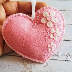 These wool felt heart ornaments are the perfect gift for Valentine's day. Unique felt crafts projects made easy - Best ideas. Felt heart ornament with flowers along one edge of front Valentine Day Crafts, Easter Crafts, Valentines, Pink Crafts, Fabric Hearts, Felt Embroidery, Felt Christmas Ornaments, Christmas Music, Felt Decorations
