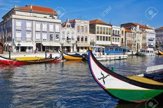 Aveiro ciudad y el canal con embarcaciones, Portugal