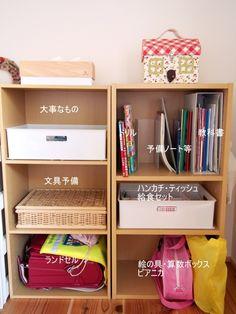 入学前の季節、お子さんの学用品置き場に頭を悩ませている方もいらっしゃるかと思います。特別な専用家具を購入せずに、ランドセルなどが収納できれば嬉しいですよね。ランドセルラックを使用せずに、学用品を収納できるアイテムとアイデアをお伝えします。