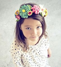 Flower Crown Felt crowns from Pretty Little Things. (Aren't these little girls beautiful? Felt Flowers, Diy Flowers, Fabric Flowers, Paper Flowers, Yellow Flowers, Flower Wreaths, Felt Roses, Diy Flower Crown, Diy Crown