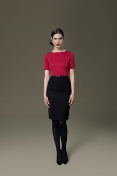 Der November ist grau? Nein! Mit dem zweifarbigen Etuikleid von DOLZER bringen Sie spanisches Temperament in Ihren Alltag. Wählen Sie das Unterteil des Etuikleids in neutralem Schwarz und kombinieren Sie dazu feuriges Rot – so wird der elegant-mondäne Spanien-Stil perfekt.