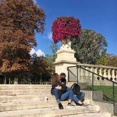 #Morning #kisses #love #embraces in the #garden #jardinduluxembourg #Paris (at Jardin du Luxembourg)