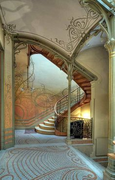 """19世紀末から20世紀初頭にかけて欧州を中心に起こったムーヴメント """"アール・ヌーヴォー"""" の形式を、ベルギーの建築家 ヴィクトール・オルタ が世界で初めて建築に取り入れた「タッセル邸 (L'Hôtel Tassel)」 2000年に「人類の創造的才能を表現する傑作」として世界遺産に登録"""