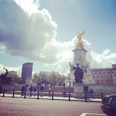 Another wonderful day in London near Buckingham Palace! :-) Summer is here! #highspiritbag #highspirit #travel #tourist #buckinghampalace #royalty #royal #tourism #seetheworld #bag #backpack #fashion #accessories #fashioncapital #mall #statue #gold #love #fun #sky #bluesky #cloud #architecture #history #unicorn #art