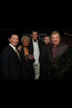 The last picture of the original Star Trek crew: George Takei, Nichelle Nichols, Leonard Nimoy, Walter Keonig, and William Shatner. The original Enterprise has only grown over the years. Star Trek Crew, Star Trek Tv, Star Trek Movies, Star Wars, Leonard Nimoy, William Shatner, Star Trek Enterprise, Star Trek Voyager, Spock