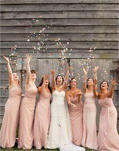 Damas de honor tirando confeti