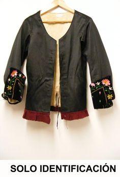 """Gipó negre amb voltes en les mànigues de vellut negre i flors brodades en seda de colors i lluentons. Ullets en el davanter per al tancament. Era usada per les dones de Montehermoso a les festes. Les dames vesteixen gipó negre de seda amb les bocamànigues o """"repulgos"""" brodades. Sobre el gipó es creua una peça ribetejada de vermell anomenada """"dengue"""". Es toquen amb mocadors i amb els famosos barrets de palla coneguts com """"gorres de Montehermoso""""."""