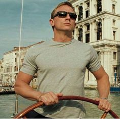 Cruising looking effortlessly cool🕶 Head to our website to check our sunglasses and casual attire👕 Who wishes they were away in the sun rather than facing the English rain? Daniel Craig Style, Daniel Craig James Bond, Rachel Weisz, Daniel Stevens, James Bond Casino Royale, Daniel Graig, James Bond Style, Best Bond, James Bond Movies