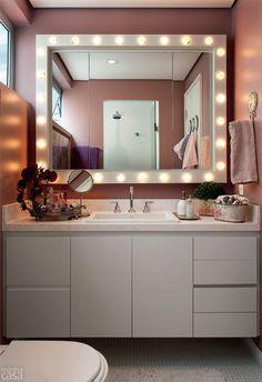 O espelho esconde um nicho.  Banheiro de 3m² tem até luzes de camarim - Casa