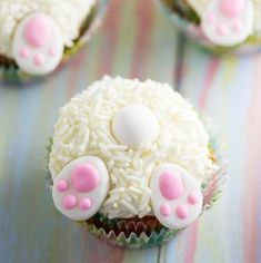 Bunny Butt Cupcakes tutorial - Make these adorable and easy Bunny Butt Cupcakes as a silly Easter treat for kids. Little bunny butts on top of your favorite cupcakes will make the cutest Easter cupcakes around! Easter Deserts, Easter Snacks, Easter Treats, Easter Recipes, Easter Baking Ideas, Cute Easter Desserts, Dessert Recipes, Easter Bunny Cupcakes, Easter Cookies
