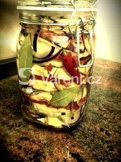 Recept na výborný domácí nakládaný hermelín, který bude mít zaručeně úspěch. Vareni.cz - recepty, tipy a články o vaření. Pickles, Cucumber, Dips, Lunch Box, Food And Drink, Pudding, Canning, Vegetables, Desserts