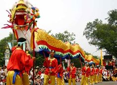 Tet, the Lunar New Year Festival in Vietnam is the most important festival of the year and ususlly takes place late January or early February. Vietnam Travel Guide, Vietnam Tours, Laos, Date Activities, Vietnam Voyage, Festivals Around The World, New Year Wishes, Lunar New, All Family