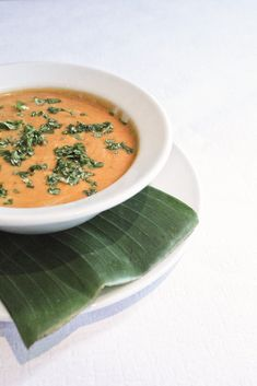 Vegane Kürbis-Kokos-Suppe mit asiatischem Touch, aus dem Kochuch HILTL. vegetarisch. Die Welt zu Gast. Gesund und super lecker! Thai Red Curry, Cantaloupe, Fruit, Super, Ethnic Recipes, Food, Pumpkin Coconut Soup, Mornings, Healthy