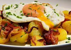 V Tyrolských Alpách je tento pokrm všude, jak na svazích v restauracích, tak v podhůrských vesnicích. Najdete ho s mnoha obměnami, s vepřovým, hovězím i kachním restovaným masem. Někde přidávají do brambor majoránku, což je také výborné. Toto je jednoduchá, a mně nejvíc chutnající, varianta. Easy Healthy Recipes, Vegan Recipes, Easy Meals, Cooking Recipes, Potato Recipes, Pork Recipes, Czech Recipes, No Salt Recipes, Food 52