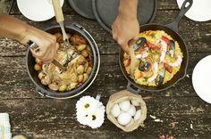 アウトドア料理を簡単に美味しく作りましょう。今回はキャンプやバーベキュー、そして山料理と総合的にアウトドア料理を紹介!定番のアウトドア料理にマンネリしているあなたも、未だ作ったことがないあなたも、自慢の料理をみんなに振る舞いましょう! Camping Car, Camping Meals, Camping Hacks, Dutch Oven Cooking, Outdoor Cooking, Paella, Bento, Food And Drink, Cooking Recipes