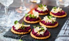 Bjud på juvligasnittar med en härligt krämig rödbetspesto tillsammans med salta kex och vällagrad ost.