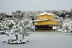 Kuil Kinkakuji di musim dingin