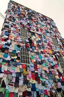 Viste tu edificio con cientos de prendas para cambiarle la cara.