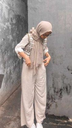 Street Hijab Fashion, Ootd Fashion, Fashion Outfits, Hijab Casual, Ootd Hijab, Vest Outfits, Korean Fashion, Muslim, Dresses