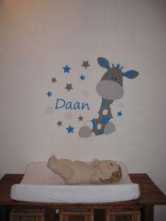 Babykamer jongen: vrolijke muursticker met houten letters.