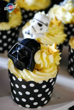 Star Wars wedding cupcakes that are still cute/pretty!                                                                                                                                                                                 More