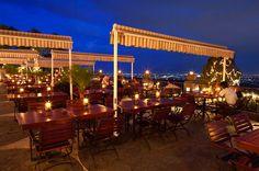 Area makan di Bistro The Valley yang dilengkapi pemandangan kota Bandung dari ketinggian. (FOTO: thevalleybandung.com)