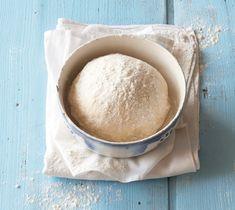 Pečené koblihy s džemem12 kusů, příprava: 50 minut + pečeníSuroviny: půlka kynutého těsta na koblihy, 100 g malinového džemu, moučkový cukr na posypáníNakynuté těsto rozválejte na plát silný 1,5 cm. Vykrájejte z něj větší kolečka. Do jejich středu dejte po lžičce marmelády a z každého vytvarujte bochánek. Ty naskládejte do vymazané formy na muffiny a nechte 15 minut kynout na teplém místě.V troubě vyhřáté na 190°C pečte 20‒25 minut. Nechte je vychladnout, vyndejte z formy a lehce pocukruj