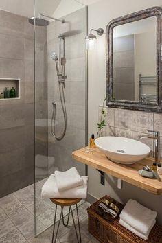 Łazienka jest za mała na wannę, wprowadzono prysznic bez brodzika.