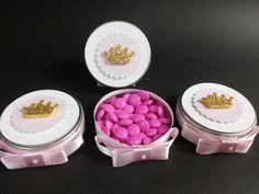 Latinhas mint to be personalizadas Princesa RECHEADA, feito com papel especial e aplique de coroa em Eva, ideal para decoração de mesas, lembrancinhas de festas ou eventos corporativos <br> <br>Alguns dos recheios: <br>=> Confete colorido grande <br>=> Confete colorido pequeno <br>=> Confete de 1 cor: Amarelo, rosa, vermelho, verde, azul <br>=> Confete de coração <br>=> Bala de Goma <br> <br>**Consultar disponibilidade dos doces. <br> <br>Acabamento com fita de cetim, laço(opcional sem…