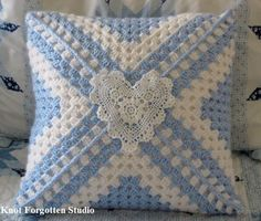 Transcendent Crochet a Solid Granny Square Ideas. Inconceivable Crochet a Solid Granny Square Ideas. Crochet Pillow Cases, Crochet Pillow Patterns Free, Crochet Cushion Cover, Crochet Cushions, Crochet Squares, Crochet Granny, Crochet Motif, Crochet Designs, Crochet Blocks