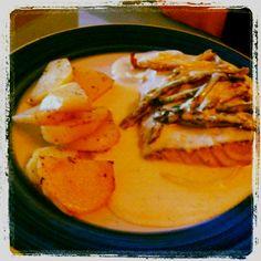 Salmón en salsa de queso y uvas con esparragos. Hecho con mis manitas!