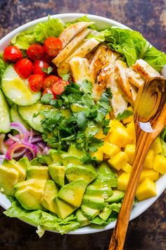 This chicken mango avocado salad recipe is loaded with juicy chicken. Eamy avocado and that sweet pop of mango flavor takes this mango salad over the top. The sweet and tangy honey vinaigrette couldn't be easier! A cheesecake factory recipe copycat. Avocado Dessert, Avocado Salad Recipes, Avocado Smoothie, Kitchen Recipes, Cooking Recipes, Mango Salat, Cheesecake Factory Recipes, Mango Chicken, Avocado Chicken