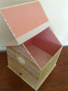 Tiny house shaped box would be perfect for postcards. Jute Crafts, Diy Arts And Crafts, Crafts For Kids, Diy Crafts, Cardboard Box Crafts, Cardboard Paper, Paper Crafts, Card Box Wedding, Diy Scrapbook