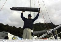Yves Parlier fijación de su mástil roto - Vendée - GLOBE - 2000 - Vendée - GLOBE - Carreras - EVENTOS - OFFSHORE - RACING - Mar y Co, The Marine Photo Library