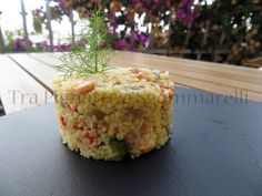 Insalata di couscous, salmone fresco, zucchine, peperoni e cipolle di Tropea