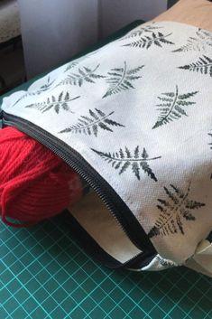 ¿Buscas una manta tejida rápida y fácil para hacer este invierno? Crea este acogedor tiro de punto grueso, ideal para tejedores principiantes. Este patrón de tejido fácil también lo convierte en un impresionante regalo de último minuto para fiestas de inauguración o esta Navidad. Descubra más de 3.500 patrones de tejido gratuitos en theknittingspace.com #knitpatternsfree #easyknittingprojects #quickknittingprojects #knittingforbeginners #weekendknittingprojects #DIY #winteraesthetic… Start Writing, Wordpress, Throw Pillows, Diy, Photography, Last Minute, Woven Blankets, Weaving Patterns, Cozy