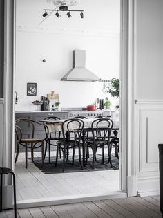 10 inspiring kitchens in grey - via Coco Lapine Design blog Dining Area, Kitchen Dining, Kitchen Decor, Space Kitchen, Dining Rooms, Dining Table, House Ideas, Grey Kitchens, Home Kitchens