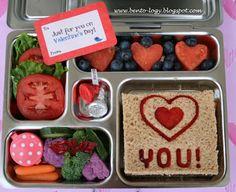 I like this bento...it's pretty with out being sooooo complicated....I love bento...but I can't do cute (Carabento?) lunches for 3 kids in my kitchen...I have tried!!!