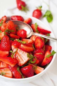 Zuckersüße Erdbeeren, frische Minze, Limettensaft und Vanillezucker - mehr braucht ihr nicht für diesen Erdbeer-Minz-Salat. Schnell, einfach, super lecker!
