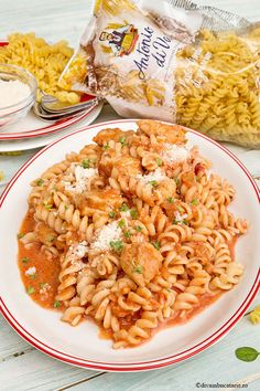 PASTE CU PIEPT DE PUI SI SOS DE CEAPA | Diva in bucatarie Yummy Food, Tasty, Chicken Pasta, Pasta Recipes, Macaroni And Cheese, Bacon, Food And Drink, Lunch, Meals