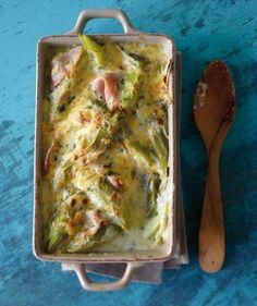 Überbackener Lauch ist ein perfektes Feierabendrezept: Kurz vorbereiten, mit Kassler in eine Auflaufform schichten, Meerrttichsauce und Käse drüber und ab in den Ofen. Und nach 20 Minuten kann gegessen werden!