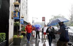Del Bosque bajo la lluvia en Nueva York antes de una conferencia de prensa en 2013 #seleccionespañola #LaRoja #diariodelaroja