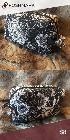 Avon quilted floral cosmetic bag new Avon quilted cosmetic bag new Avon Bags Cosmetic Bags & Cases