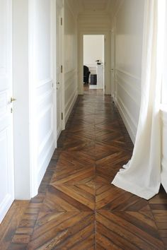 white paneled walls and old wooden flooring. corridoio con bianca e parquet originale Schöner holzflur Elegant paneling. Style At Home, Future House, My House, Floor Patterns, Henna Patterns, Doll Patterns, Home Fashion, Architecture, My Dream Home