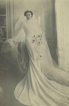 vintage bridal portrait- her bouquet looks so modern. I kind of love it