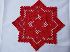 Very beautifully worked star in the Norwegian embroidery technique Hardanger. Red fabric with red and gold-colored stitches. -single copy- 32 cm x 32 cm Cotton, washable at 30 ° Sunbonnet Sue, Hardanger Embroidery, Embroidery Stitches, Tatting, Ceiling Decor, Cloth Napkins, Red Fabric, Embroidery Techniques, Doilies